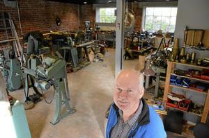 Välutrustad verkstad. Lennart Andersson har jobbat med mässing i över 40 år och är väldigt nöjd med lokalerna i Bryggeriet.