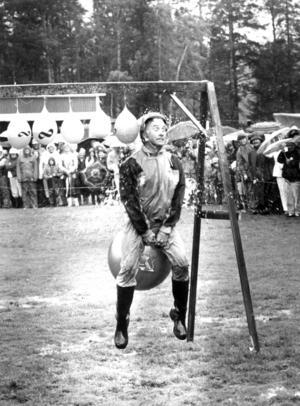 På den stora kommunfesten 1991 bjöds det på  underhållning av allahanda slag på Galhammarudden. Kommunalrådet Olle Nord gick verkligen in för tävlingen som gick ut på att nicka sönder vattenfyllda ballonger.