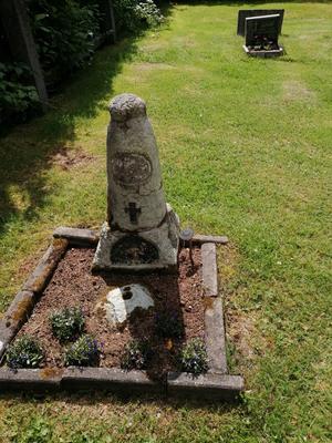 Lim Johans mammas gravsten.