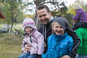 Tobias Gredenman med Nora och Ellen.