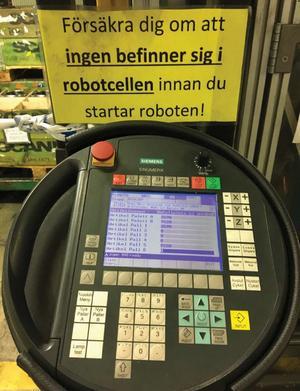 Skylten vid panelen där roboten startas. Foto: Polisen