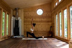 Ljusinsläppet från de tretton fönster skapar harmoniska rörelser på väggar och golv.