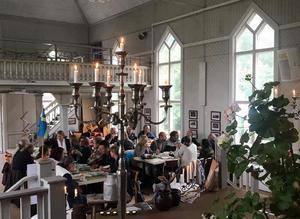 Fulla hus i bygdegården när det bjuds till höstmarknad och trevligheter. Foto: Margareta Englund.