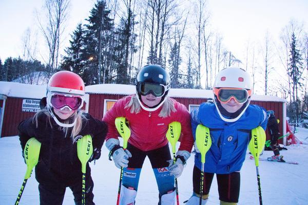 Ella Ålund, Tilda Mårtensson och Maya Holmberg är laddade för tävling. Många bra åkare kommer till Klackbergsbacken men de hoppas kunna vara med och slåss om bra placeringar ändå.