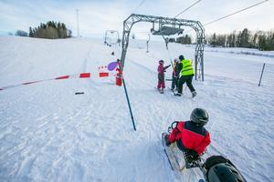 Det var blandad åkning med skidor, bräda och kälke nedför de snälla backarna i Munkflohögen. Och under premiärdagen  bjöds alla på dagkortsvgiften på 50 kronor.