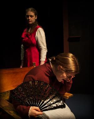 Julia och amman, spelade av Helena Hagman och Sofie Brücher.