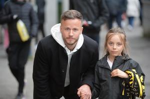 Robert Lundström är på väg tillbaka efter skada men är inte med i truppen mot GIF. AIK-spelaren var ändå på plats, här tillsammans med brorsdottern Alva.