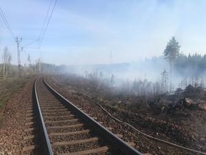 Två gräsbränder längs järnvägen i Ånge.