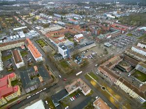 Flygbild över centrala Sandviken från november 2018. I bildens övre vänstra del ses byggetableringen av HSB fastigheten som ska bli bostadsrättsföreningen Kyssbron