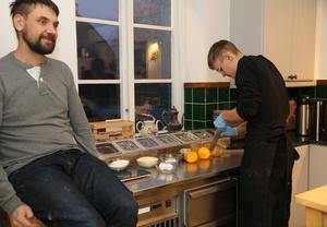 Max Genberg river apelsinskal till kommande bakning medan Henrik Rönkkö tar igen sig lite.
