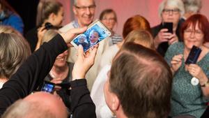 Alla ville ha bild. Statsministern finns nu på bild i hundratals mobilkameror i Västerås.