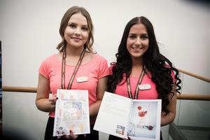 Från vänster i bild: Klara Hansson och Julia Hälsing från Ludvika. UF-företag: Thurst. Gör: Drinkbok med recept på alkoholfria drinkar.