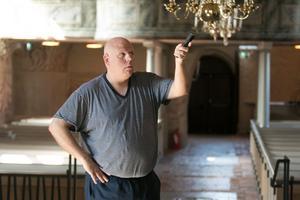 Fredrik Lindström har guidat i Ösmo kyrka sedan 1997. Under sommaren håller han i guidningen på vardagarna. Andra tar vid på helgerna.