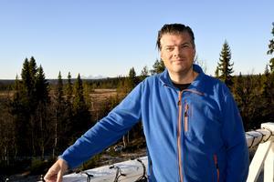 Anders Doverskog på hotellets veranda. Sedan drygt tre år tillbaka är Lövåsen, nära norska gränsen i norra Dalarna, hans hemort.