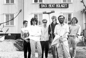 Gunnar Thorsén, Kim Hansen, Lasse Forsberg, ola Broquist, Lasse Hedström och Paul Lernmark utanför Back Beat Bolagets hus i Sandviken 1988. Bild: Bernd Büttner.