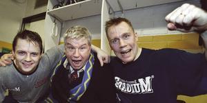 Foto: Arkiv. SSK-Nyköping 9-5. SSK-spelarna Lars Dahlström och Lars-Göran Wiklander kramar om författaren och SSK-supportern Magnus