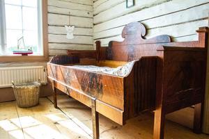 Barnen har ett varsin säng i gammal modell som passar perfekt med stilen i 1800-talsgården.