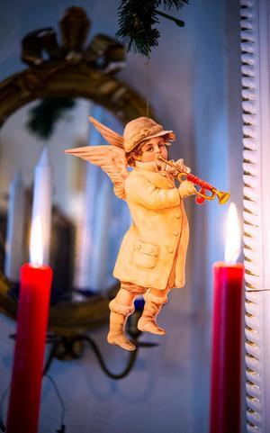 Många tomtar och änglar pryder hemmet. Det här bokmärket hänger vid kakelugnen.