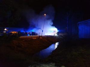 En minilastbil och en personbil blev svårt brandskadade. Foto: Läsarbild.