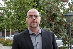 SD:s gruppledare i Avesta Per-Ola Ahlström menar att partiet vill satsa mer på omsorg, samtidigt lämnar han in en budget med nedskärningar på 16 miljoner kronor.