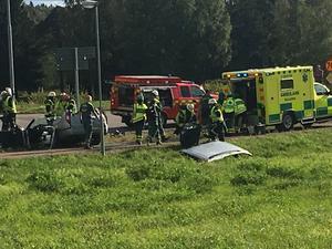 Räddningstjänsten klippte upp taket på personbilen och tog ur en person.