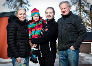 Tre generationer äggproducenter. Från vänster; Britt-Mari Rabb, Sandra Skrivargård Rabb, Tindra Skrivargård och Sören Rabb.