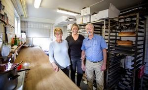Evelina (mitten) tillsammans med föräldrarna Irena och Milan Jonjic som tog över konditoriet 1980. I februari nästa år firar de 40 år som ägare till Roffes.