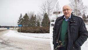 Ulf Berg (M) tycker att buskaget och träden i rondellen utanför By skola borde tas bort för att göra plats åt till exempel en adventsgran eller en majstång.