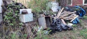 Fastighetsägare måste både röja sly och köra bort skräp. Foto: Kramfors kommun