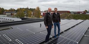 Morabergs studiecentrum ligger mellan Morabergsvägen och Stockholmsvägen och är en av åtta befintliga byggnader som Telge fastigheter, här i form av Niklas Faltz och Karl Samuelsson, försåg med solceller under 2018.