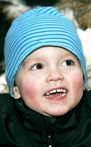Charlie Falk,3 år, Ås:– Ja. Jag tippade snö med skopan i släpvagnen och så åkte jag därifrån. Jag åkte kälke i torsdags. Jag ska åka skidor, och skoter ska jag åka.