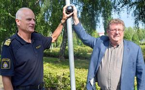 Jan Bohman (till höger) tillsammans med Mats Lagerblad, polisen, vid en pressträff om övervakningskameror i augusti.