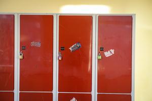 Ett eluttag i varje elevskåp skulle göra det enklare att ladda elektronik som behövs i skolan.