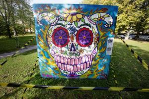 Lady Pinks så kallade sugar skull-målning, på den öppna graffitiväggen i Kvarnparken.