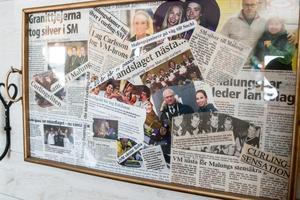 På väggen i stugan har familjen ramat in tidningsurklipp med barnen Patrics och Sofias framgångar.