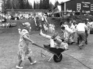 Sekunderna före kraschen i Norråker, midsommaren 1990, och än så länge har Judith Berglund koll på Lasse Pettersson i skottkärran. Foto: Håkan Hopstadius.