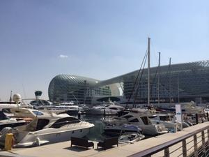 Fredag 11.00, Yas Marina Circuit: Hamnen och det spektakulära hotellet som bilarna kör under och som i slutet av Abu Dhabis GP blir till en gigantisk lysande målflagga. Räkna med häftiga TV-bilder på söndag!