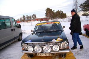 """Christer Göransson och Björn Sjunning, båda från Gävle, hade med sig en Ford Cortina Lotus, årsmodell 1965. """"Det gjordes 5 000 bilar totalt och jag tror inte det finns många kvar i världen. Bilen säljer jag inte under 500 000 kronor"""", säger Björn Sjunning."""