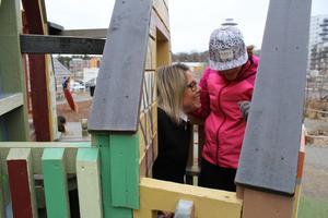 Ebba Vidlund, 11, och Lojsa Kantavanich testar leksakshuset.Lojsa Kantavanich jobbar som avlösar- och ledsagarstöd för barn med funktionshinder på Personstöd Mälardalen AB.