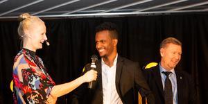 Carolina Klüft och Peter Wettergren, assisterande förbundskapten för det svenska herrfotbollslandslaget, delade ut Guldhanden till Daud Awees. Foto: Evelina Carborn