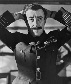 Peter Sellers spelar den brittiske kaptenen Lionel Mandrake i