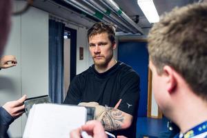 Simon Önerud mötte pressen med en kraftigt bandagerad arm efter förlusten mot Färjestad.