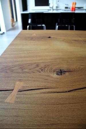 Köksbordet är byggt utan spikar och av en enda bit trä. Magdalena och Dan hittade det på Bomässan i Stockholm och det är gjort av företaget Narovski.