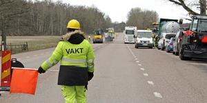 Beläggningsarbetena på väg 250 mellan Köping och Kungsör har påbörjats och kommer att pågå några veckor framåt. Räkna med betydligt längre körtid än normalt, lyder rådet från Trafikverket.