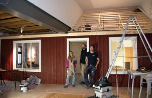Pettson-huset växer fram hos Sundsvalls museum. Lina Sporrong, scenograf, Olof Ahlström, konstintendent samt Jens Strandell, museitekniker.