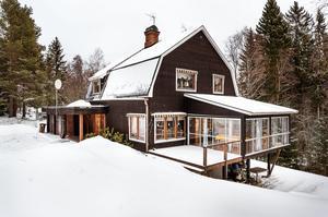 På nionde plats på Dalarnas egen Klicktoppen, för vecka 9, kommer denna sexrumsvilla på Filtstigen i Sågmyra, Falu kommun. Foto: Kristofer Skog/Husfoto