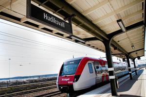 Skribenterna skriver bland annat om investeringar i Ostkustbanan.