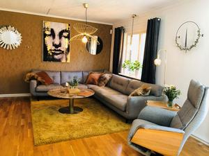 Maritas vardagsrum är inrett med guld och har lyxiga tapeter från Versace. Soffan är från Hjort Knudsen och den stora tavlan med ansiktet har hon köpt på Mio.