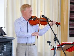 Åke Jonsson och hans digitala musikanter underhöll på PRO Myssjö-Ovikens vårmöte. Foto: Karin Jirdén