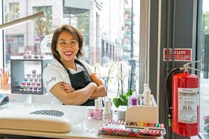 Tre restauranger och en nagelsalong. Caren Le är en driven affärskvinna som tycker om att förverkliga idéer och att utvecklas.